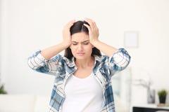 Mujer joven que sufre de dolor de cabeza Foto de archivo libre de regalías