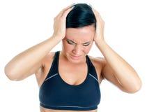 Mujer joven que sufre de dolor de cabeza. Foto de archivo