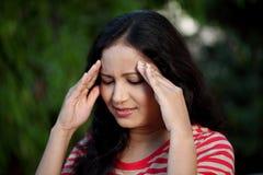 Mujer joven que sufre de dolor de cabeza Imagenes de archivo