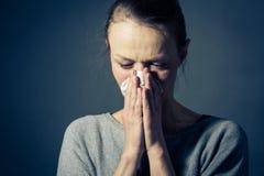 Mujer joven que sufre de la depresión/de la ansiedad/de la tristeza severas Imagen de archivo