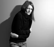 Mujer joven que sufre de un estómago severo Imagen de archivo