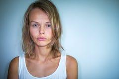 Mujer joven que sufre de una depresión severa Imagenes de archivo