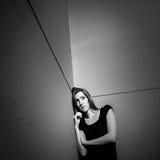 Mujer joven que sufre de una depresión severa Imagen de archivo
