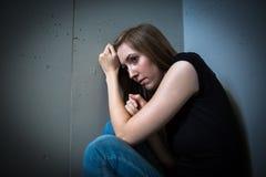 Mujer joven que sufre de una depresión severa Imágenes de archivo libres de regalías