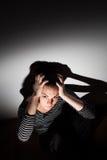 Mujer joven que sufre de una depresión severa Foto de archivo