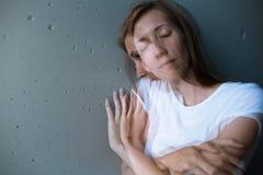 Mujer joven que sufre de una depresión severa Imagen de archivo libre de regalías