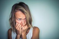 Mujer joven que sufre de una depresión severa Fotografía de archivo libre de regalías