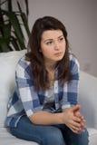 Mujer joven que sufre para la depresión Imagen de archivo libre de regalías