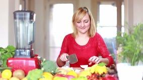 Mujer joven que taja la manzana almacen de video