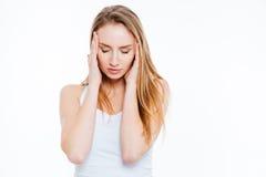 Mujer joven que tiene dolor de cabeza Imagen de archivo libre de regalías