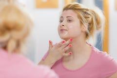 Mujer joven que tiene máscara del gel en cara Fotografía de archivo libre de regalías