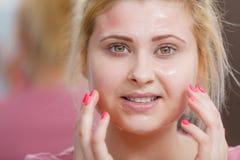 Mujer joven que tiene máscara del gel en cara Imagen de archivo libre de regalías