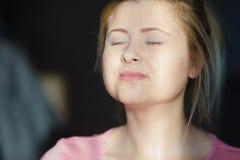 Mujer joven que tiene máscara del gel en cara Fotos de archivo