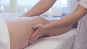 Mujer joven que tiene masaje en sal?n del balneario de la belleza, cierre de los pies para arriba El masajista amasa el pie y la  almacen de video