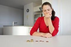 Mujer joven que tiene problemas financieros imagen de archivo libre de regalías