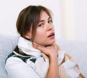 Mujer joven que tiene tonsilitis enfermiza pesada Foto de archivo libre de regalías