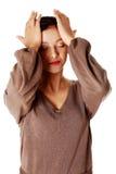 Mujer joven que tiene un dolor de cabeza. Imágenes de archivo libres de regalías