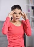 Mujer joven que tiene un dolor de cabeza Imagen de archivo libre de regalías