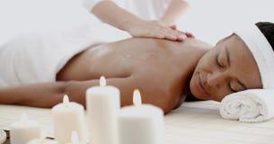 Mujer joven que tiene un masaje en un balneario almacen de metraje de vídeo