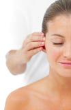 Mujer joven que tiene un masaje principal en un balneario Imagen de archivo libre de regalías