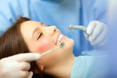 Mujer joven que tiene un tratamiento dental Foto de archivo libre de regalías
