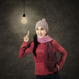 Mujer joven que tiene una idea Imagen de archivo libre de regalías