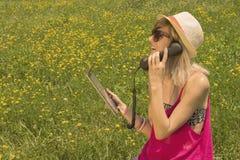 Mujer joven que tiene una llamada de Internet Imagenes de archivo