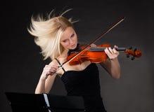 Mujer joven que toca apasionado el violín Foto de archivo libre de regalías