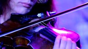 Mujer joven que toca el violín almacen de metraje de vídeo