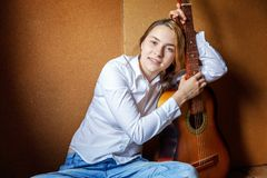 Mujer joven que toca la guitarra Foto de archivo