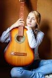 Mujer joven que toca la guitarra Foto de archivo libre de regalías