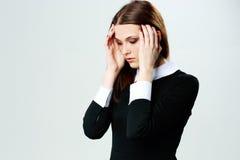 Mujer joven que toca su cabeza con dolor de cabeza Fotos de archivo