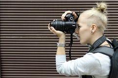 Mujer joven que toma cuadros Foto de archivo
