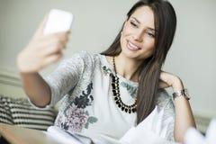 Mujer joven que toma el selfie Fotografía de archivo libre de regalías