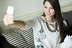 Mujer joven que toma el selfie Fotografía de archivo