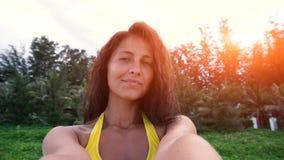 Mujer joven que toma el selfie en la playa Fotografía de archivo libre de regalías