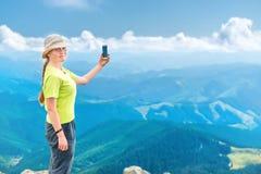 Mujer joven que toma el selfie en smartphon Foto de archivo