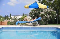 Mujer joven que toma el sol en bikini Imagenes de archivo