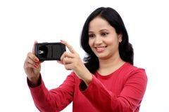 Mujer joven que toma la imagen del uno mismo Fotos de archivo libres de regalías