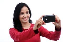 Mujer joven que toma la imagen del uno mismo Foto de archivo libre de regalías