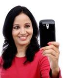 Mujer joven que toma la imagen del uno mismo Foto de archivo