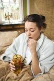 Mujer joven que toma la medicación imagen de archivo
