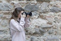 mujer joven que toma las fotos Imágenes de archivo libres de regalías