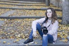 mujer joven que toma las fotos Fotografía de archivo libre de regalías