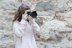 mujer joven que toma las fotos Foto de archivo