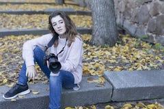 mujer joven que toma las fotos Fotos de archivo