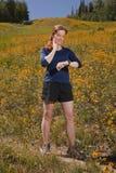 Mujer joven que toma ritmo cardíaco mientras que ejercita. Imagenes de archivo