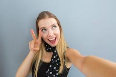 Mujer joven que toma un selfie Foto de archivo libre de regalías