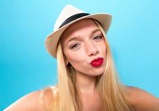 Mujer joven que toma un selfie Imagen de archivo