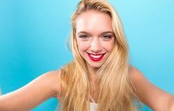 Mujer joven que toma un selfie Foto de archivo